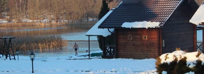 maudynės su sniegu žiemą ežere kaimo turizmas pirtis kubilas